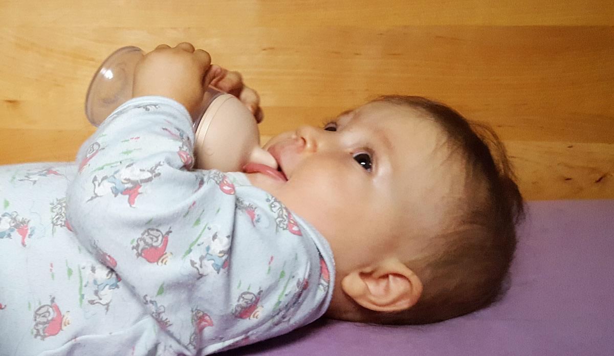 Baby trinkt aus mimijumi