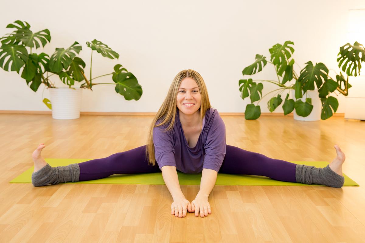 Gegrätschte Vorwärtsbeuge Yogaübung gegen Rückeschmerzen