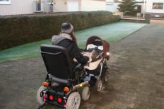 Mit Kind und Rollstuhl