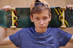 Teeanager mit Skateboard