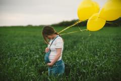 Schwangere mit Ballons