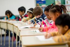 Kinder schreiben in der Schule