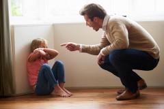 Vater schreit Kind an