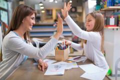Mutter und Tochter lernen gemeinsam