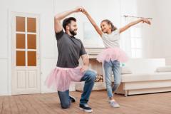 Väter behandeln Töchter anders als Söhne