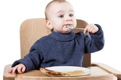 Baby isst Pfannkuchen