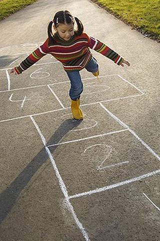 Das sollte das Kind zur Einschulung können: Auf einem Bein stehen und hüpfen