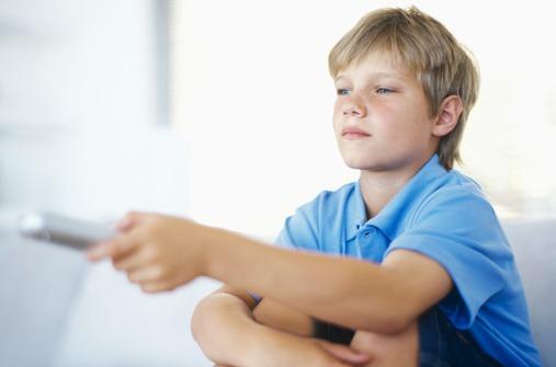 Kinder und Fernsehen: Lohnt sich die Kindersicherung für den Fernseher?