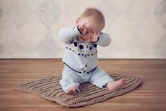 Das Baby reibt sich die Augen