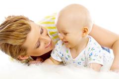 Mutter lobt ihr Baby - so geht's richtig