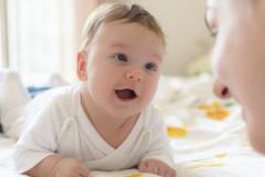 Das Baby lächelt