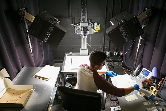 Mitarbeiter der ARL digitalisiert Skizzen