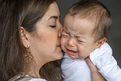 Schreiendes Baby Mutter tröstet