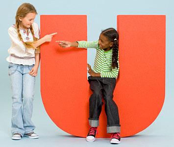 Zwei Mädchen mit einem großen U