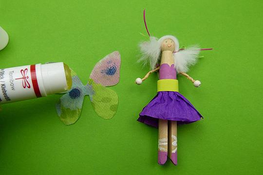 Blumenfee aus Wäschekalmmern absteln Schritt 6: Flügel ankleben