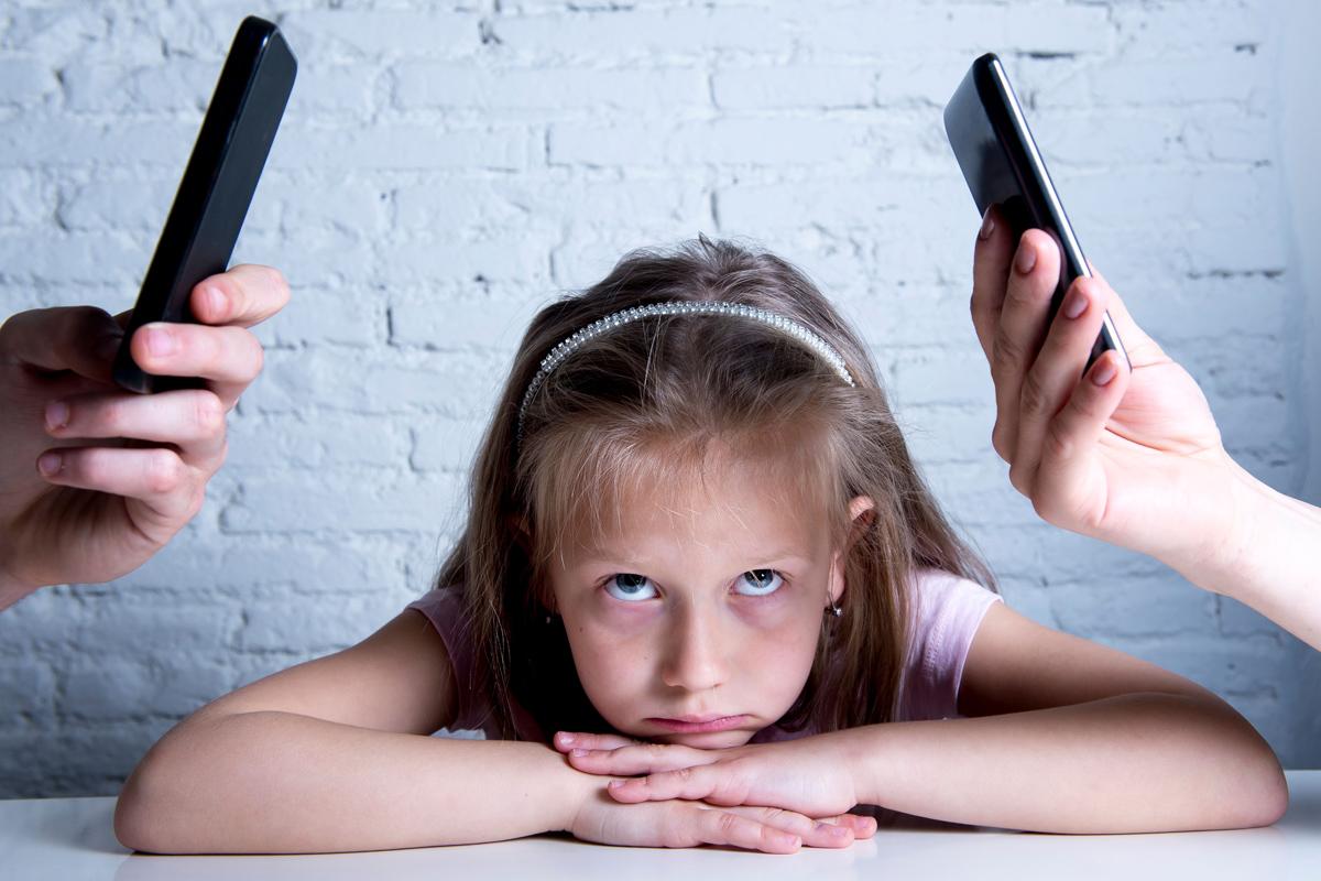 Kind ist genervt vom Handy