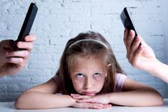 Kind ist genervt von Handys