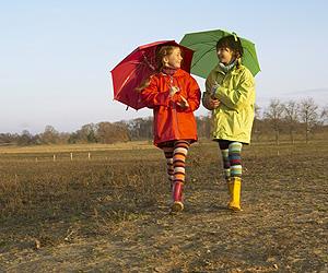 Zwei Mädchen gehen spazieren