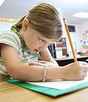 Mädchen, das in der Schule schreibt
