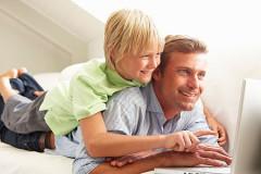 Vater und Sohn informieren sich über den Datenschutz  in sozailen Netzwerken