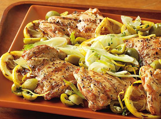 Hähnchenschenkel und Oliven-Fenchel-Salat mit gegrillten Zitronenscheiben