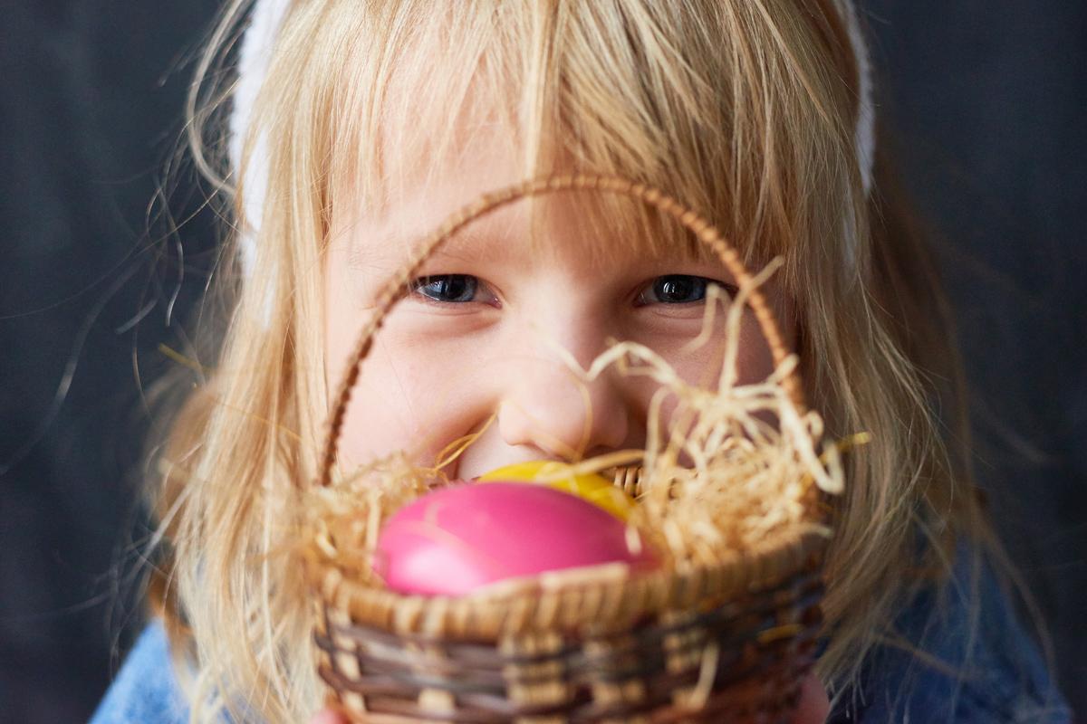 Kind schaut über Osternest