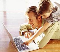 Sohn mit Vater vor dem Computer