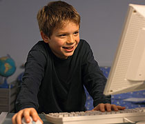 Junge, der vor dem Computer sitzt