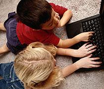 Zwei Jungs vor dem Computer