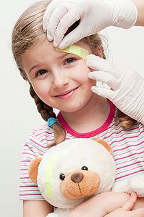 Kind bekommt Pflaster von Arzt