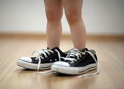 Baby mit übergroßen Sneakers