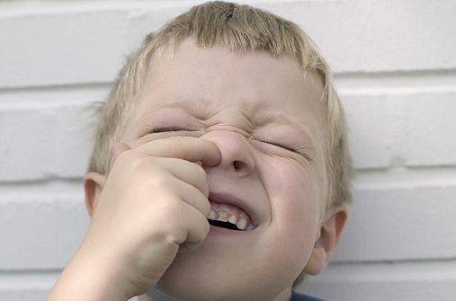 Kind bohrt in der Nase