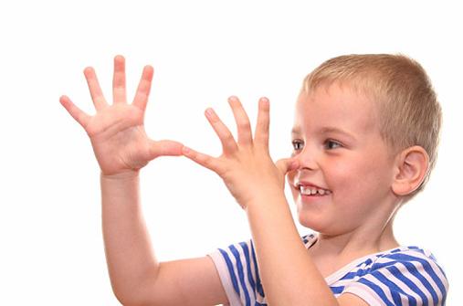 Kind zeigt Nase