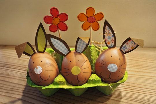Eier als Osterhasen verkleiden