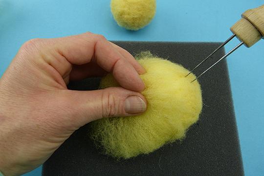 Osterküken basteln Schritt 4: Trockenfilzen