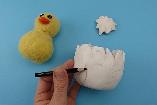 Osterküken basteln Schritt 6: Modelliermasse vom Ei lösen