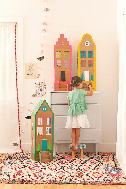 Papphaus: buntes Spielhaus aus Pappe