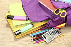 Geöffneter Schulranzen mit Heften und Stiften