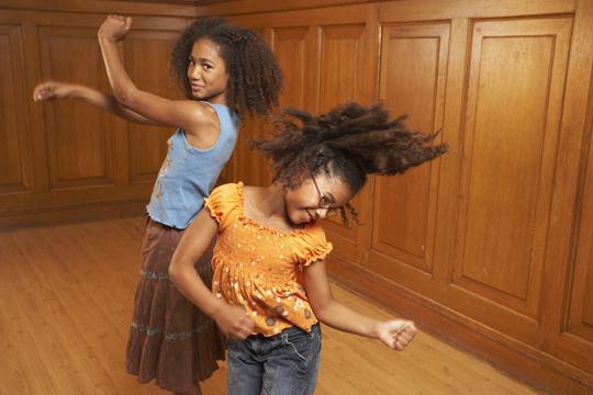 Silvester mit Kindern feiern: Musik an und tanzen