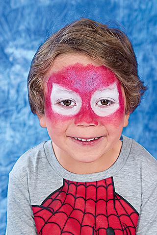 Spiderman Schminkanleitung: Grundfarbe für die Maske