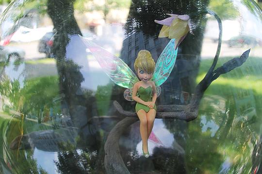 Madame Tussauds: Nahaufnahme von Tinkerbell unter der Glaskuppel