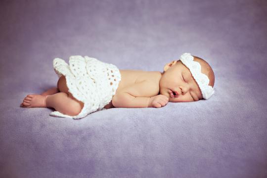 Baby auf lila Decke