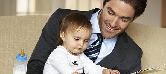 Mann im Anzug mit Kleinkind