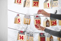 Adventskalender mit Schachteln fürs Fenster