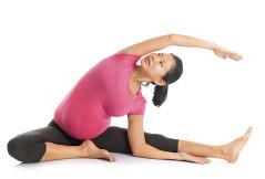 Yoga für Schwangere: Kopf-zum-Knie-Streckung