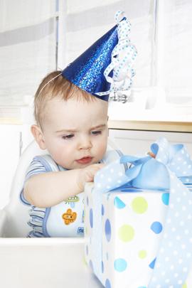 Baby öffnet ein Geschenk