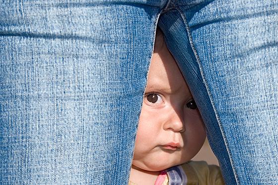 Typisch fürs Fremdeln: Das Baby versteckt sich
