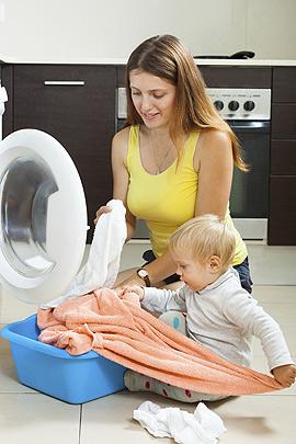 Baby hilft im Haushalt