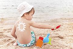 Baby und Kleinkind am Strand