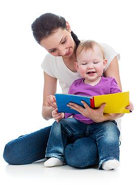 Mama und Baby schauen sich ein Bilderbuch an